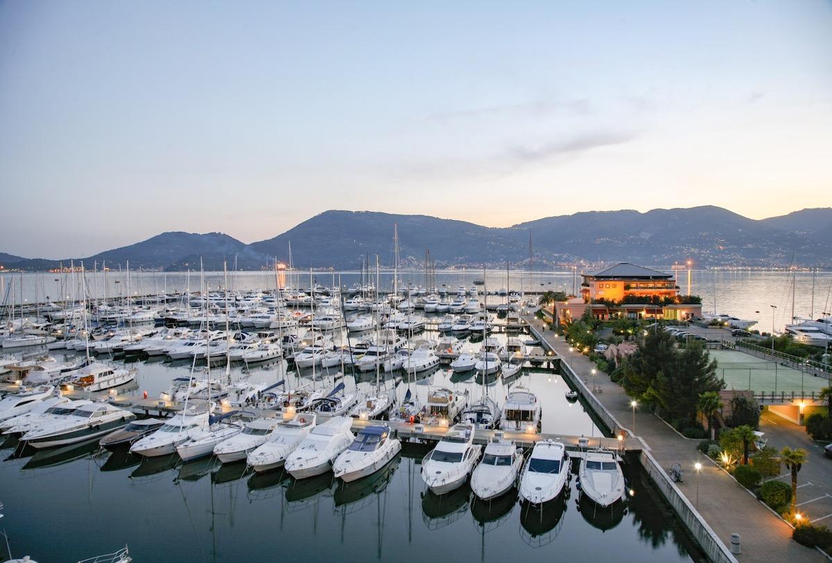 barche ormeggiate nella baia di porto Lotti la Spezia