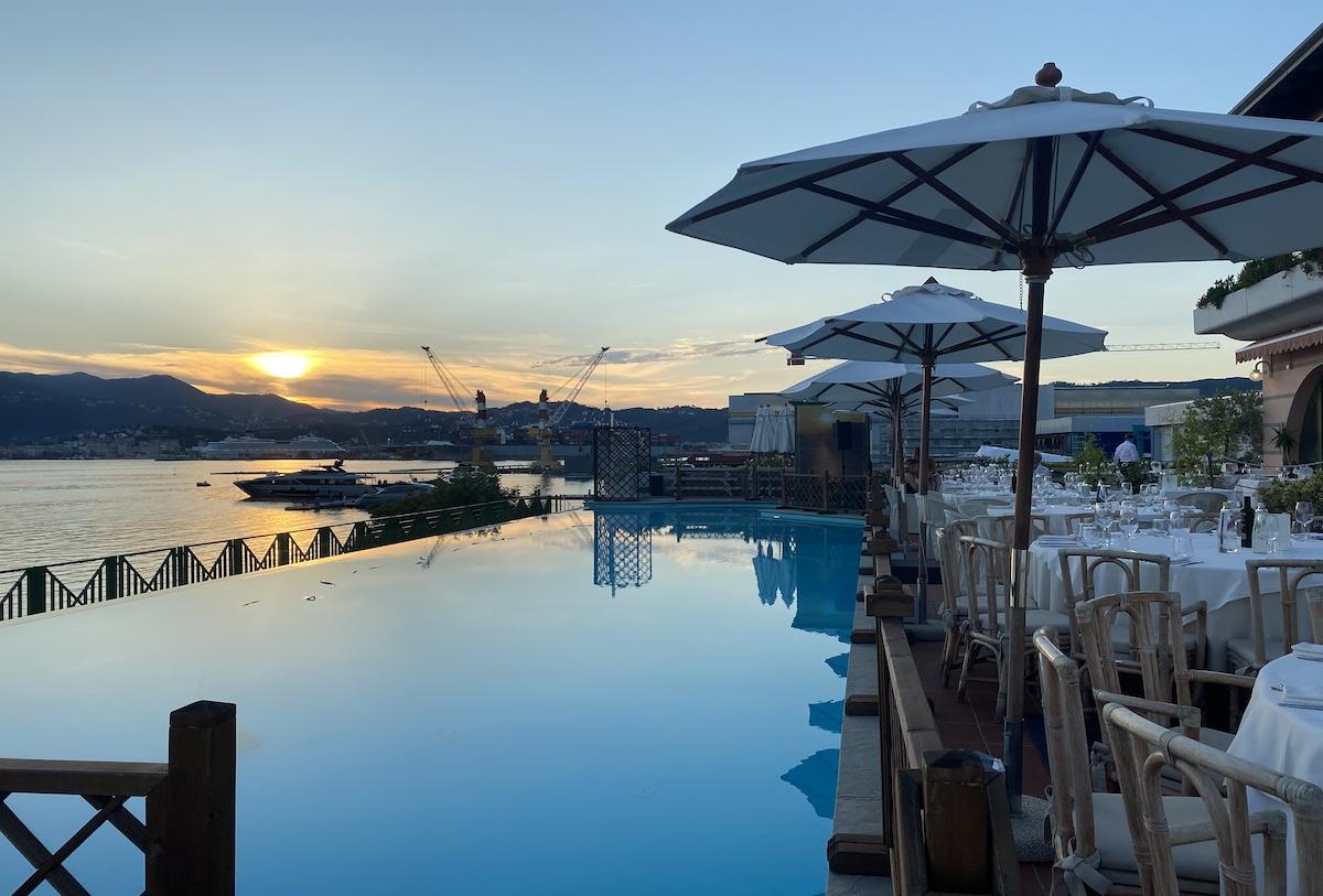 La piscina affacciata sulla banchina di Porto Lotti