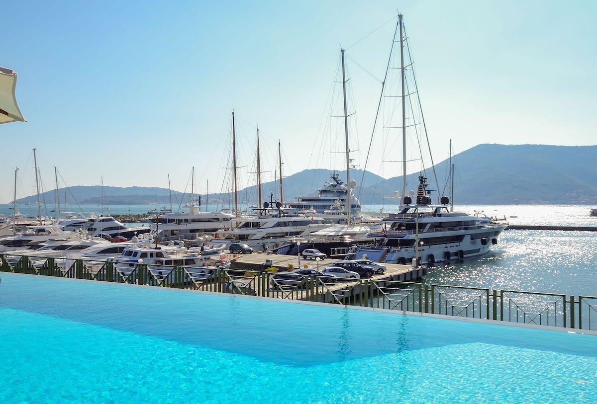 Porto Lotti  La Spezia è dotato di una piscina per gli ospiti affacciata sulla banchina del porto