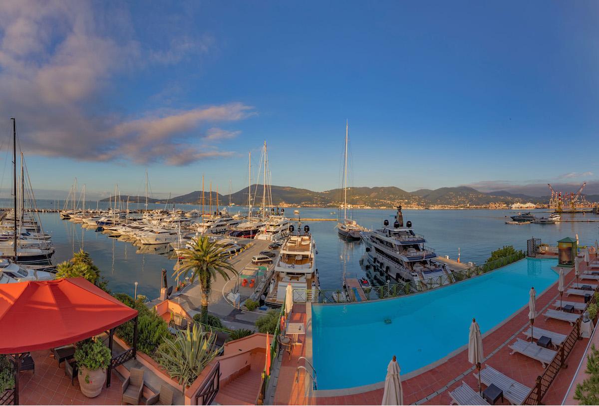 Porto Lotti è dotato di una piscina con vista panoramica sulla baia del porto
