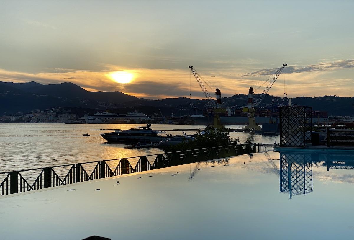 La piscina affacciata su Porto Lotti dalla quale è possibile ammirare incredibili tramonti